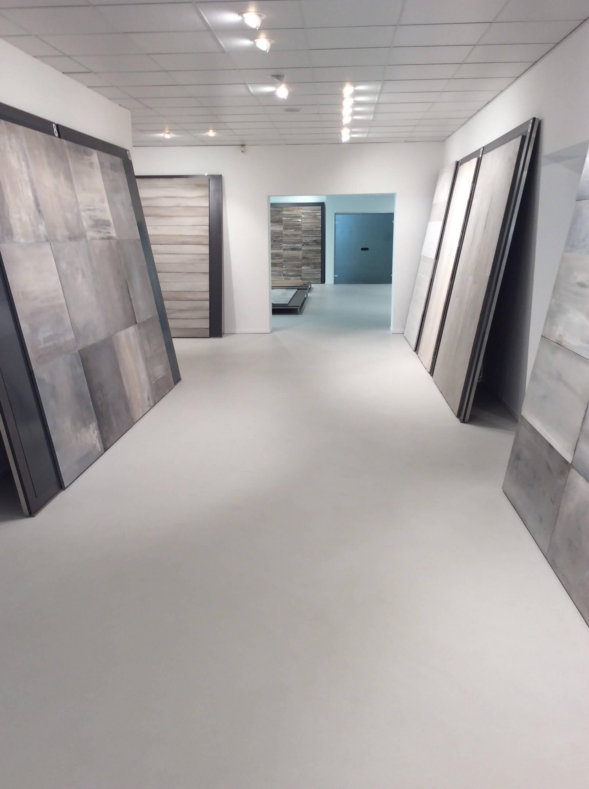 pavimento in resina all'interno di un esposizione
