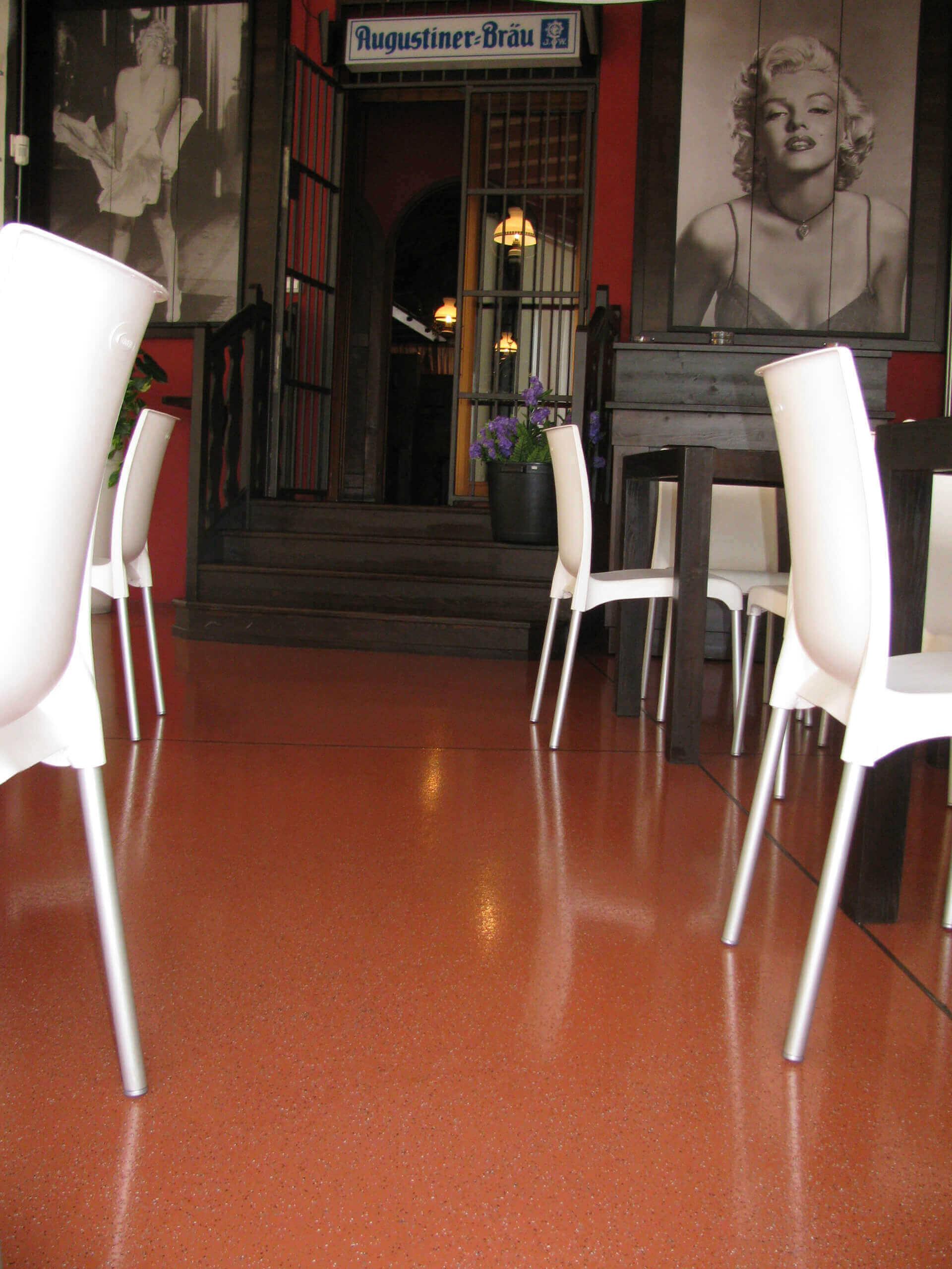 applicazione resina per pavimenti all'ingresso di un locale