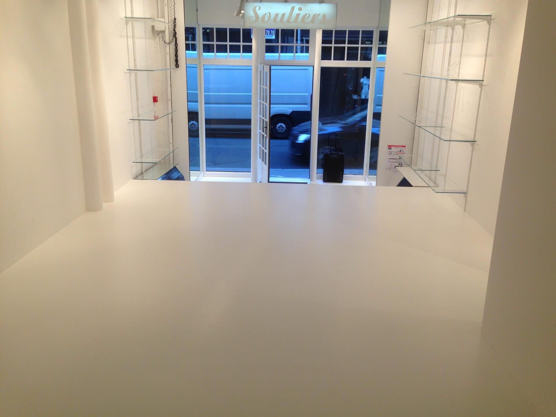 pavimento in resina all'ingresso di un negozio