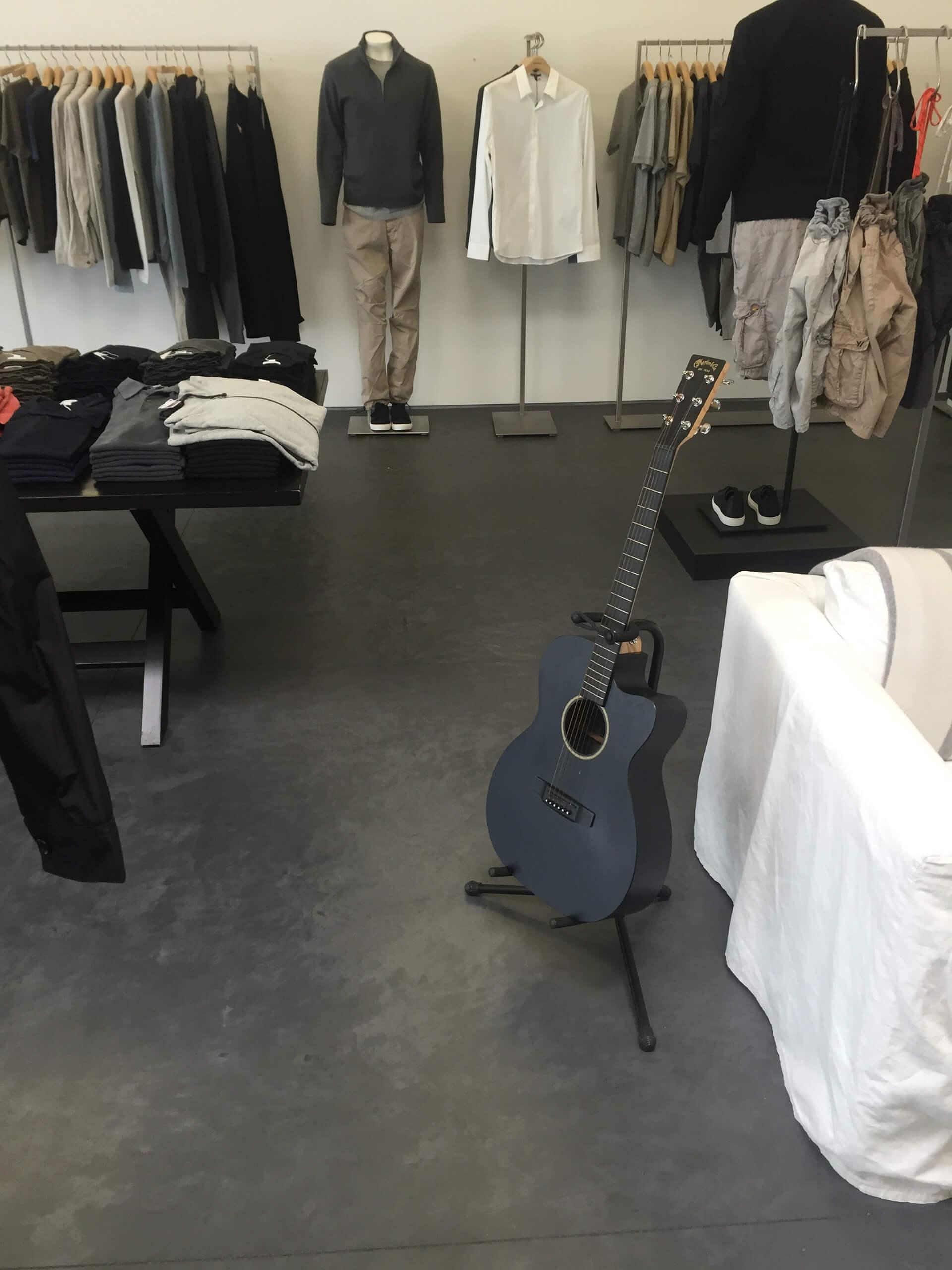 pavimento in resina realizzato in un negozio di abbigliamento
