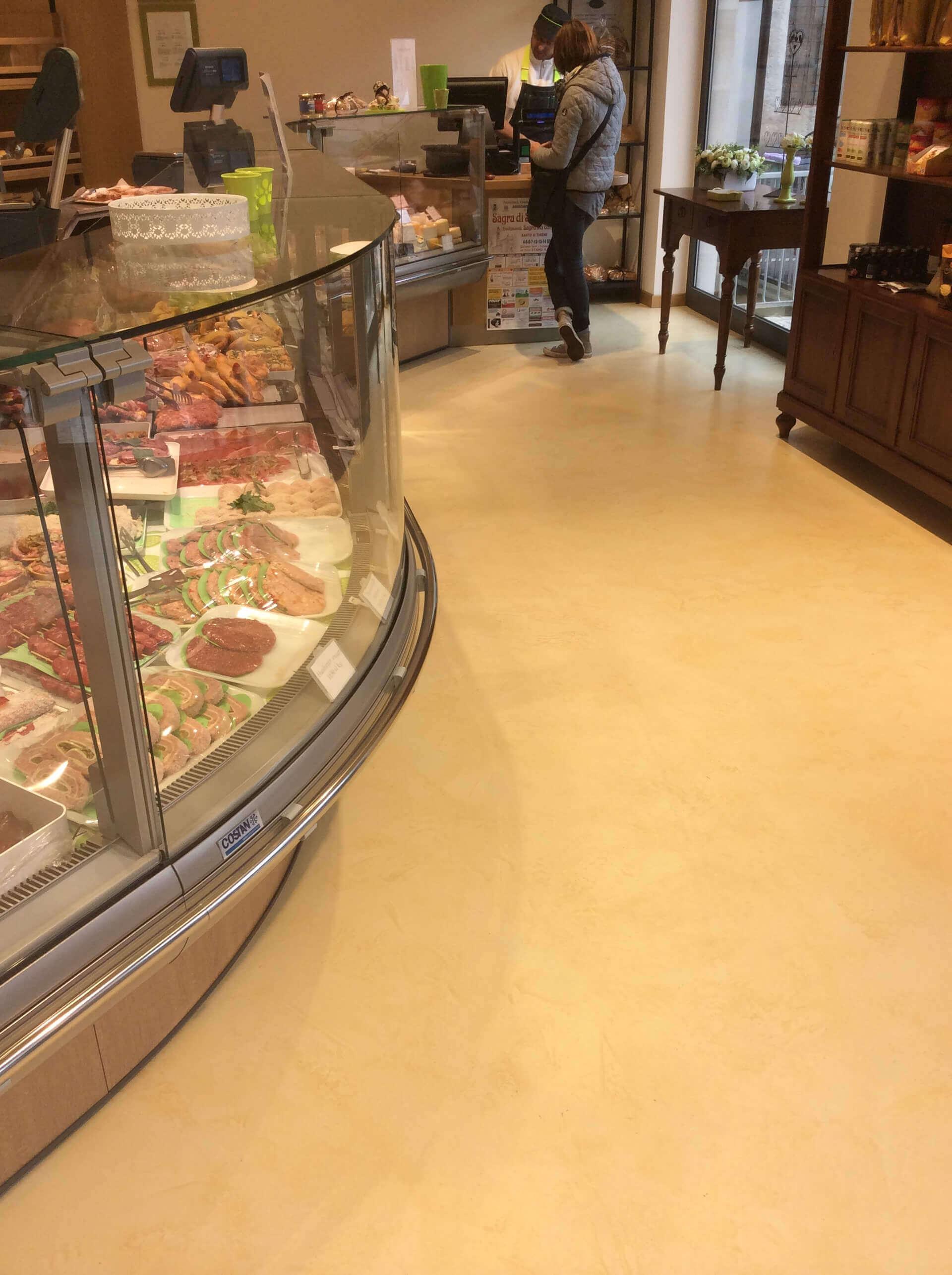 pavimento in resina realizzato in una gastronomia
