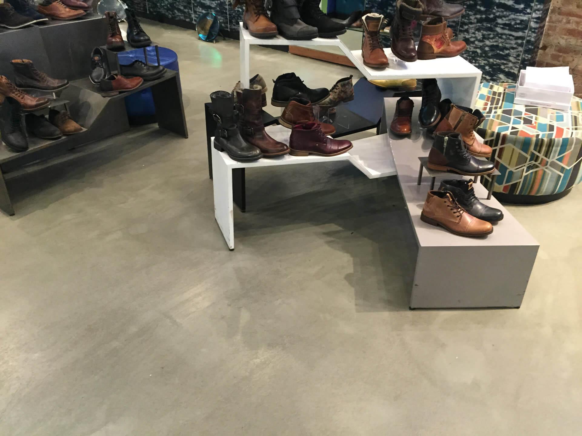 pavimento in resina in un negozio di calzature