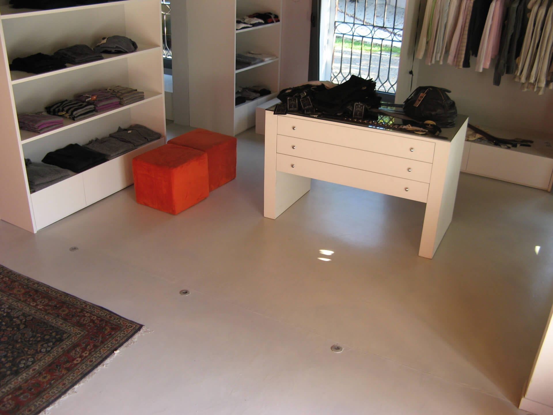 pavimentazione in resina in un negozio di abbigliamento