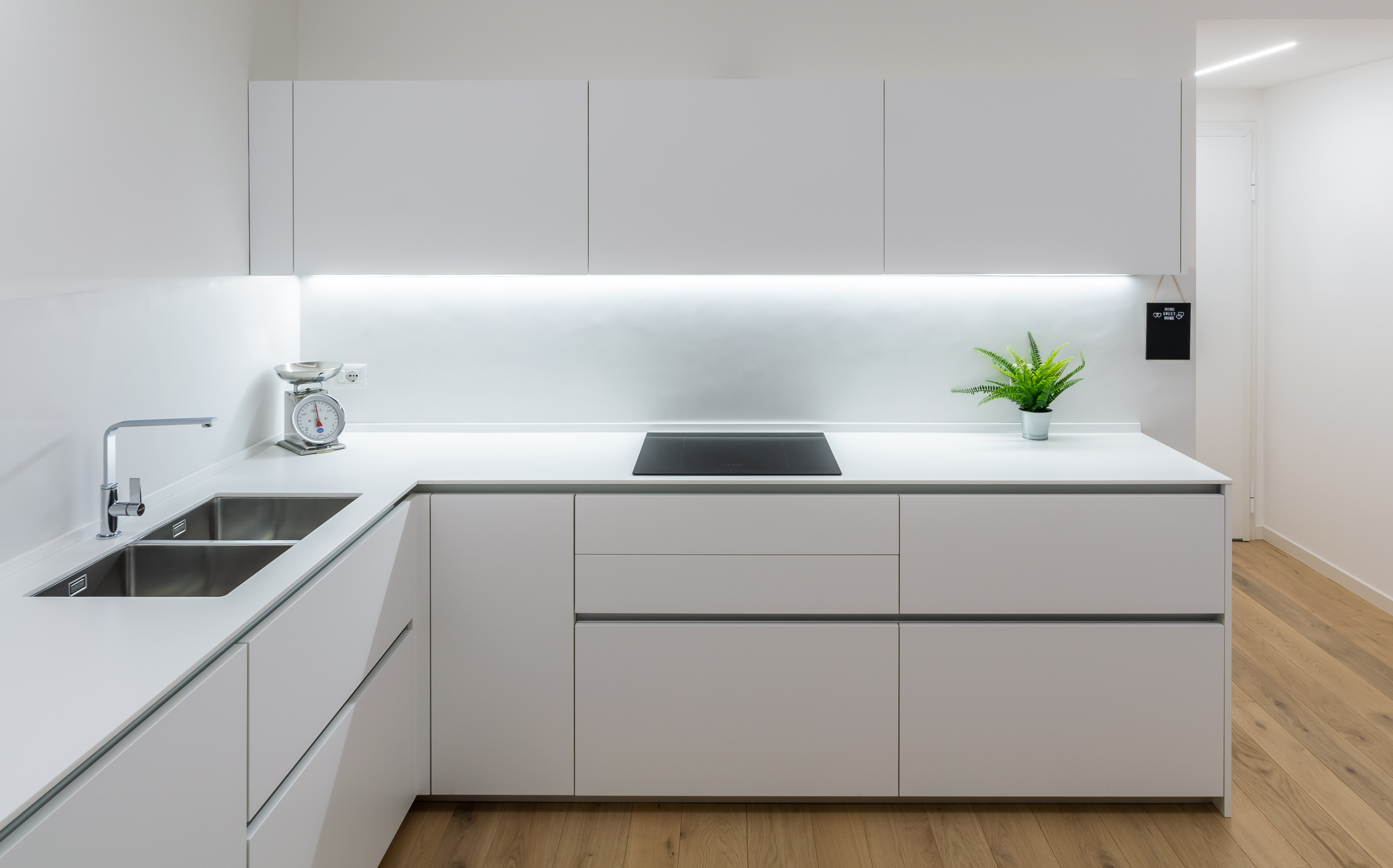 RESIN: A STRONG AND LONG-LASTING MATERIAL FOR YOUR KITCHEN